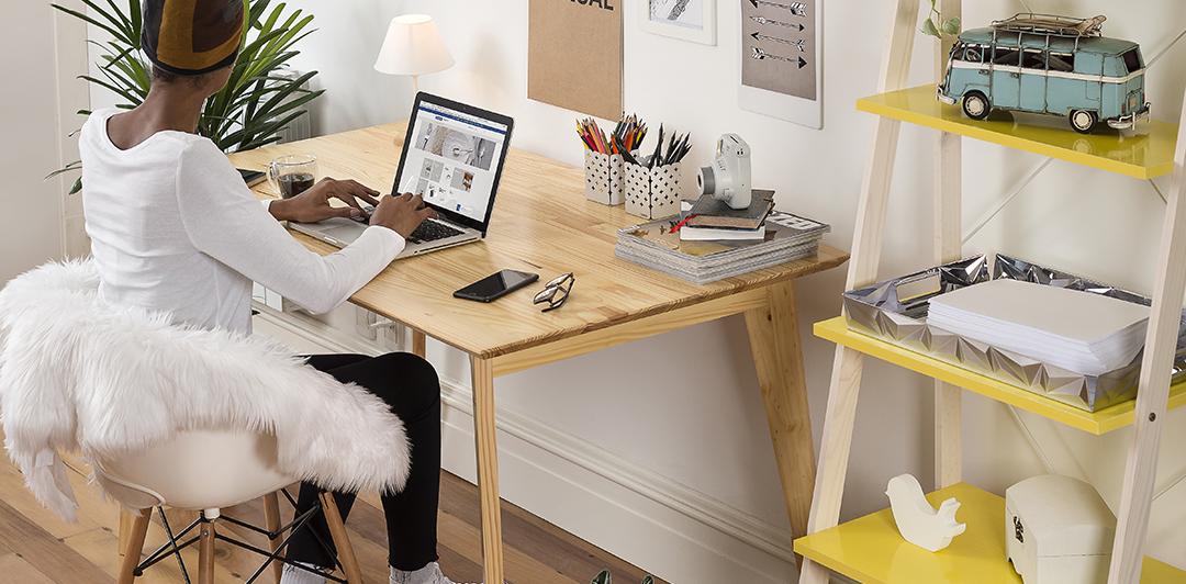 Organize os fios no home office
