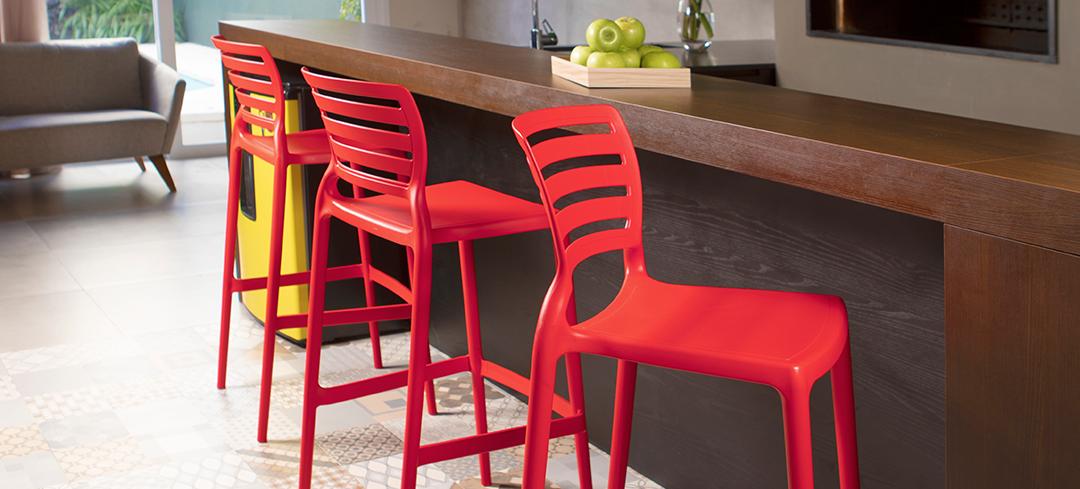 Cadeiras altas na bancada da cozinha