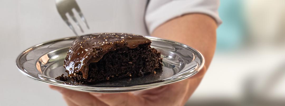 Bolo de chocolate na frigideira: aprenda a fazer