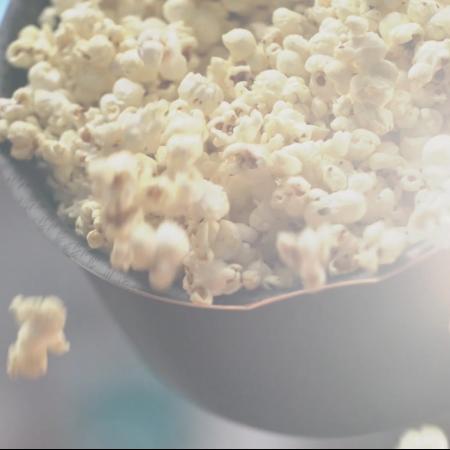 Para innovar en la noche de cine: consejos de peli y receta de palomitas de maíz