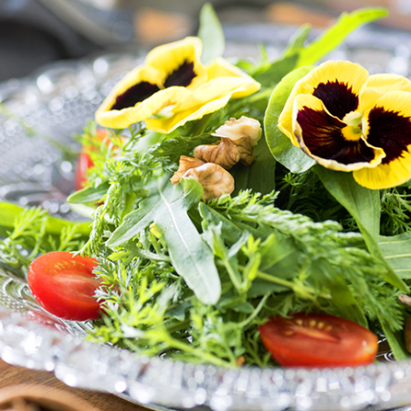 Con flores comestibles, su mesa gana más color y sabor